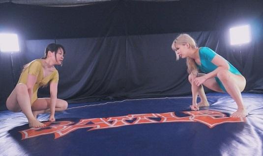 女子水着相撲に挑戦、一乃瀬るりあ・美咲はるか